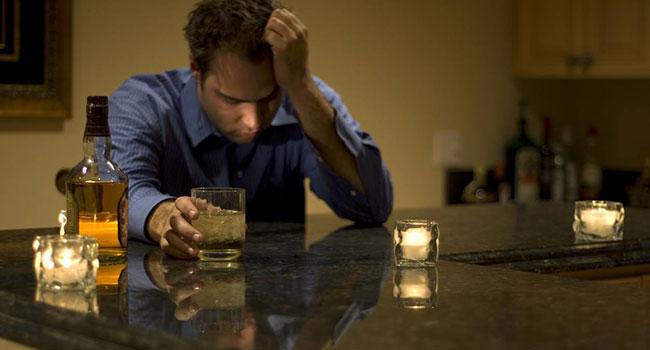 Молодой человек употребляет алкоголь