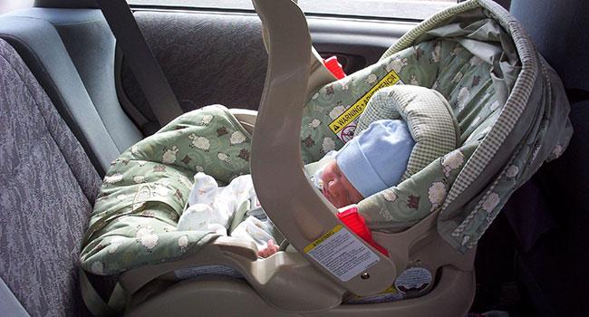 Младенец в автолюльке