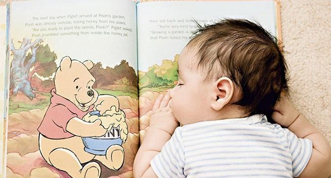 Ребенок на книге