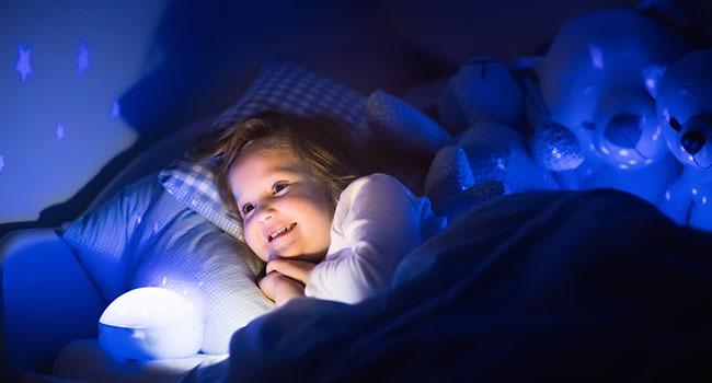 Ребенок при ночнике